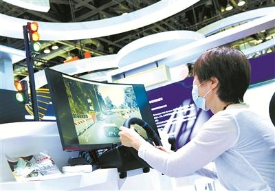 图为观众在服贸会国家会议中心数字服务专区体验智能驾驶。新华社记者 武巍 摄