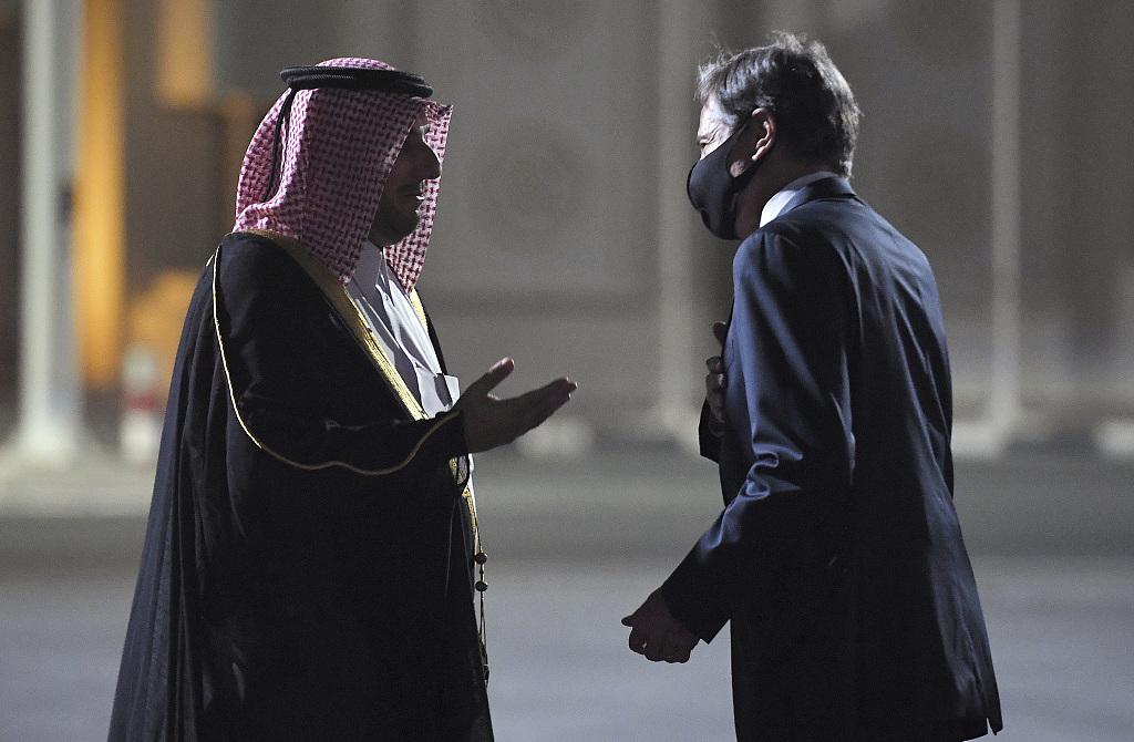 当地时间9月6日,美国国务卿布林肯抵达卡塔尔后,与迎接他的卡塔尔官员交谈。