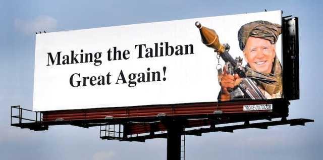 美国惊现拜登军装照广告牌,配文:让塔利班再次伟大