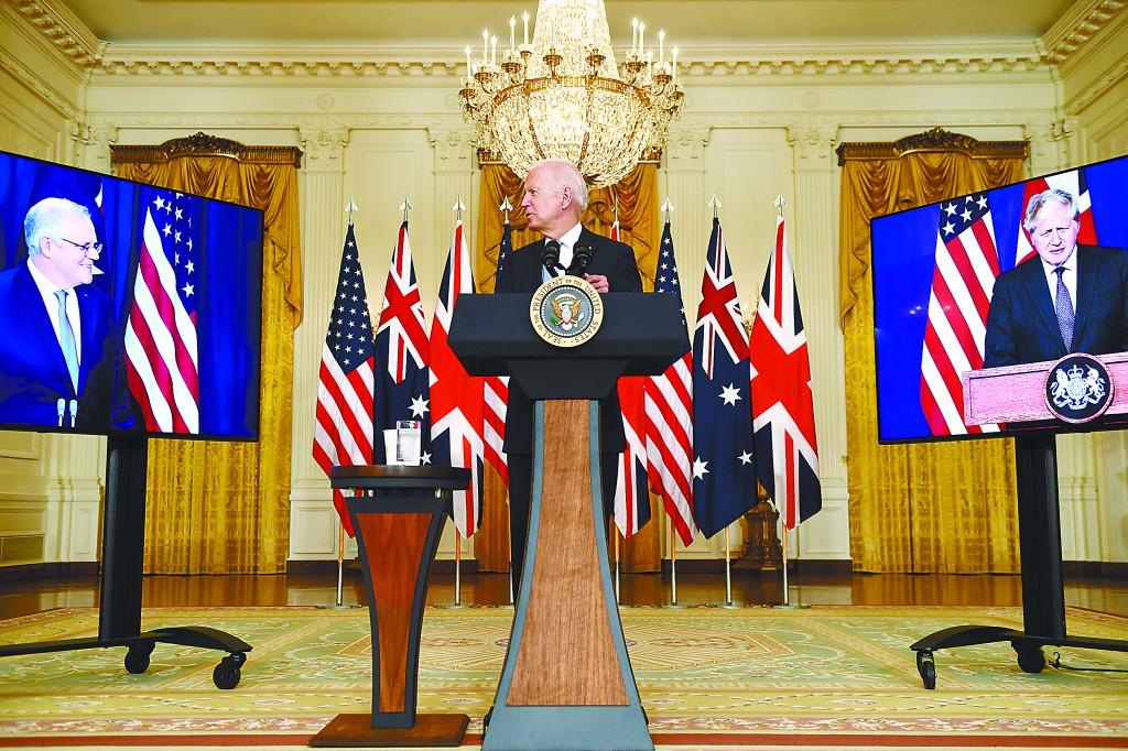 当地时间15日,美国、英国、澳大利亚三国领导人宣布建立名为AUKUS的三边安全联盟。图为美国总统拜登在白宫与英澳领导人举行视频会议。