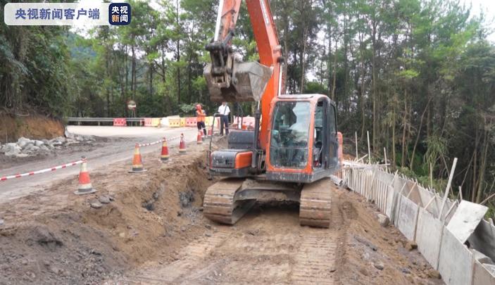 G318国道边坡垮塌 预计10月中旬全面抢通