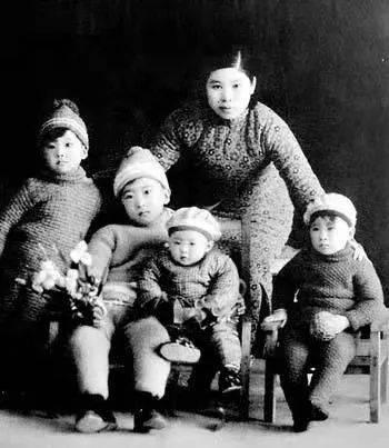 △1936年,杨虎城的妻子谢葆真与儿女们合影。左起:杨拯美、杨拯中、杨拯汉、杨拯英。