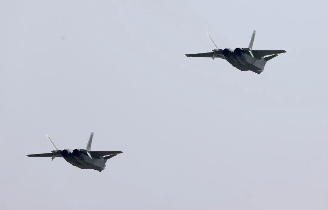 28日进行飞行表演的歼-20编队。崔萌摄