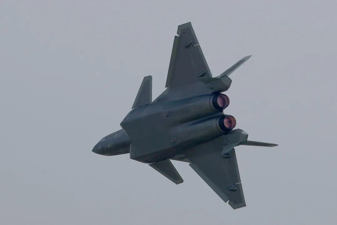 图为28日进行飞行表演的歼-20,从照片中可以看到明显发动机喷口的锯齿状。崔萌摄