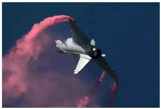 """之前在珠海航展上表演""""落叶飘""""的歼-10B战机。"""