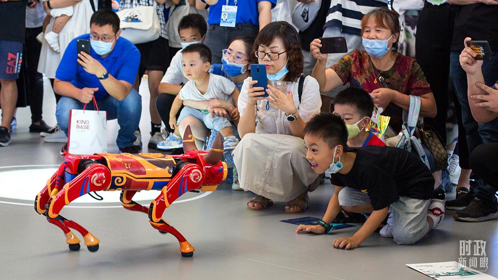 """△2021年9月25日,浙江乌镇,在2021年世界互联网大会""""互联网之光""""博览会上,智能机器牛的表演吸睛无数。(图/视觉中国)"""