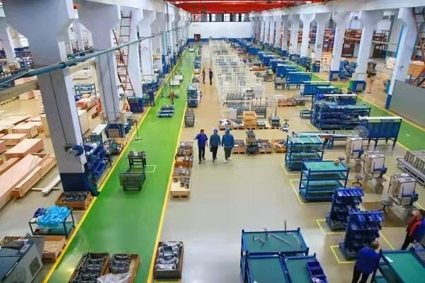 ▲山东淄博供电公司员工了解企业用电需求,检查企业生产车间用电安全
