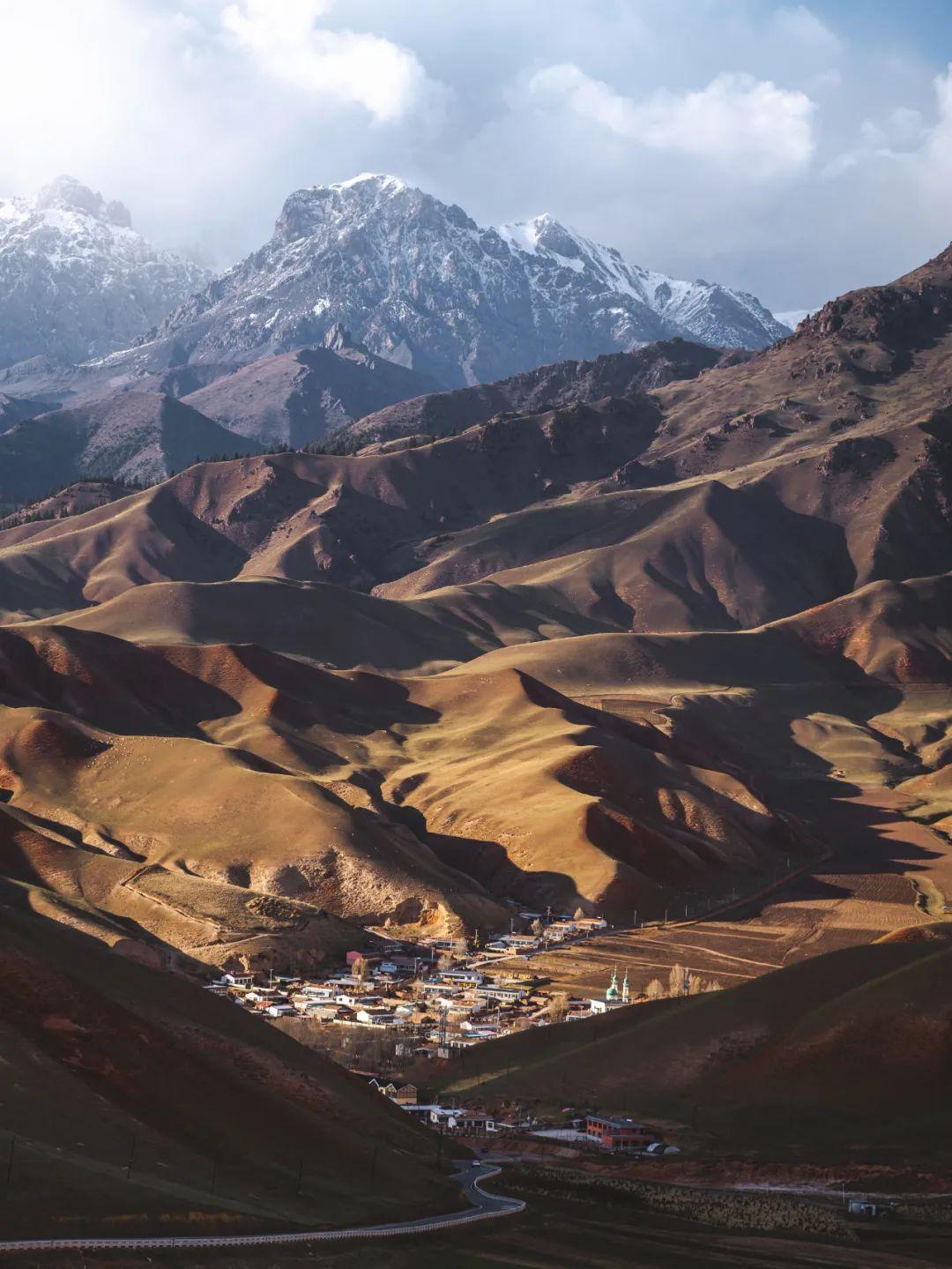 祁连山偏安于青藏高原边缘,南坡是青海一侧,北坡是甘肃一侧(石磊 摄/视觉中国供图)