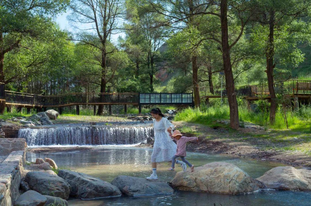 青海祁连县城里的公园环境优美