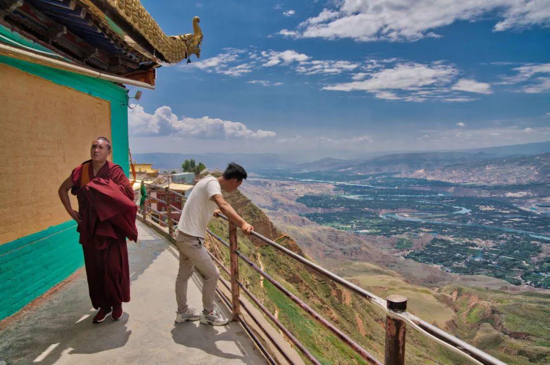 """从悬崖顶上的夏琼寺,可以俯瞰远处的黄河,这段黄河在青海境内,所谓""""天下黄河贵德清"""""""