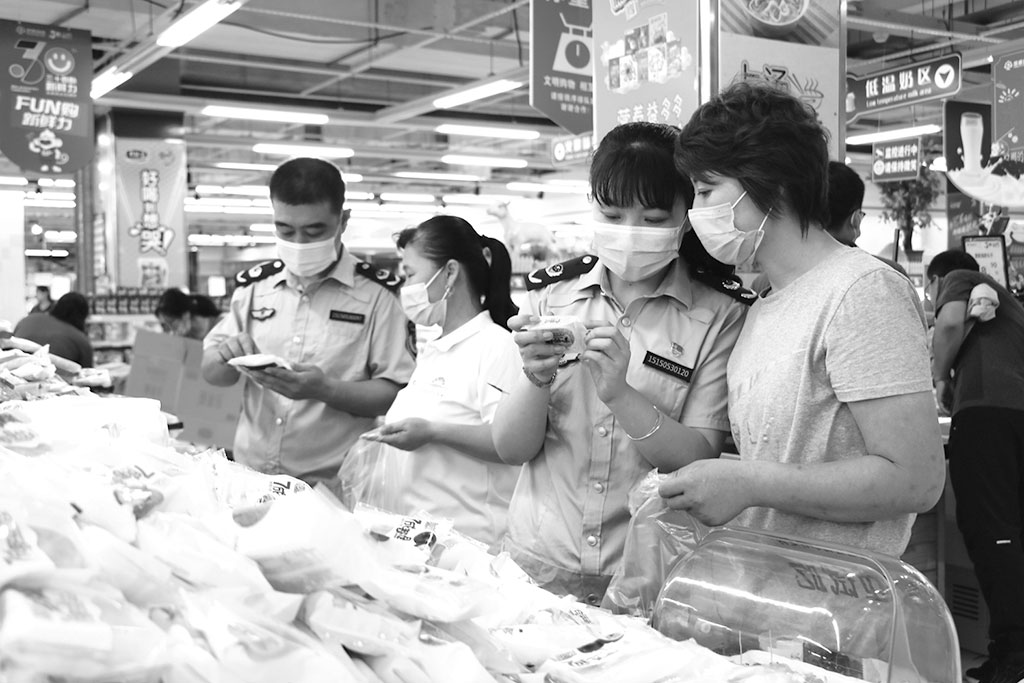 为维护市场食品安全,山东省无棣县市场监管局紧跟消费热点,突出监管重点,开展节令食品安全大检查。图为该局执法人员检查某超市所售食品的标签标识情况。 郭 虹 韩 娟 文/摄