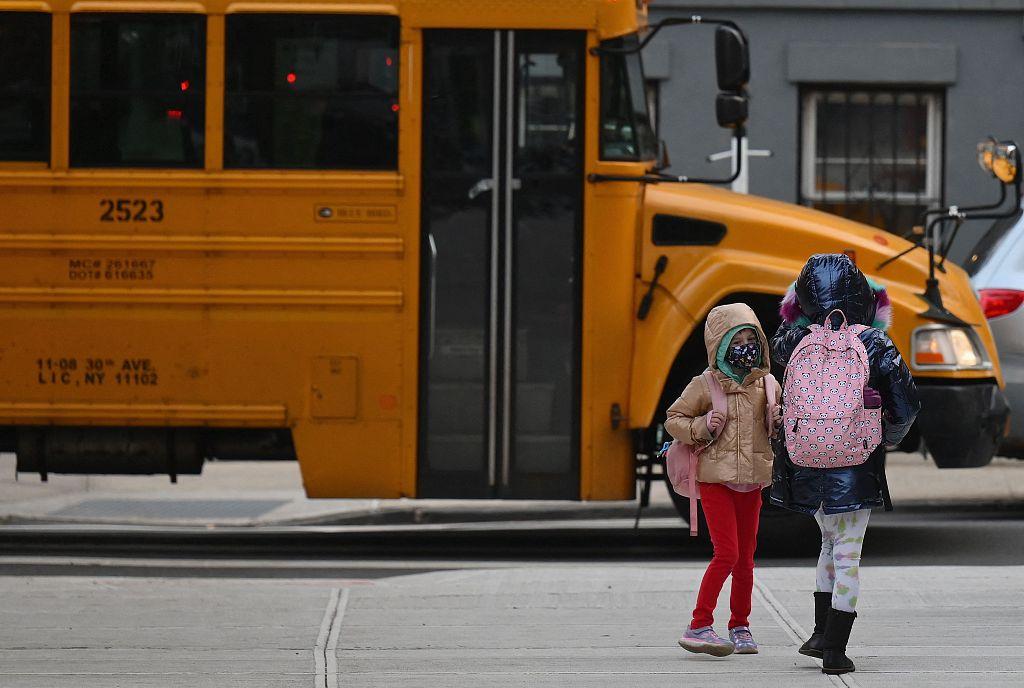 美国学生与美国校车。图源:视觉中国