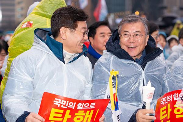 李在明与文在寅一同参加弹劾朴槿惠的集会。来源:朝鲜日报