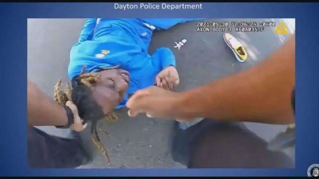 """""""我被像狗一样拖着""""!黑人截瘫男子被美国警察拽头发从车中拖出"""