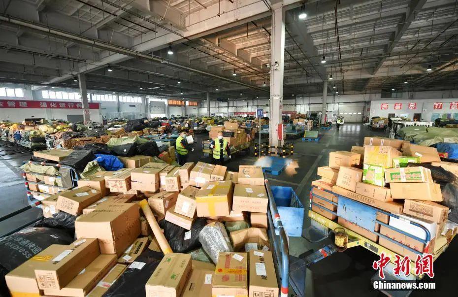 资料图:2020年11月12日,河北石家庄国际机场货运库房内,堆满的各种货物。中新社记者 翟羽佳 摄