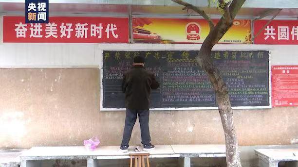 退休教师义务为小区办黑板报 一年用掉400多根粉笔