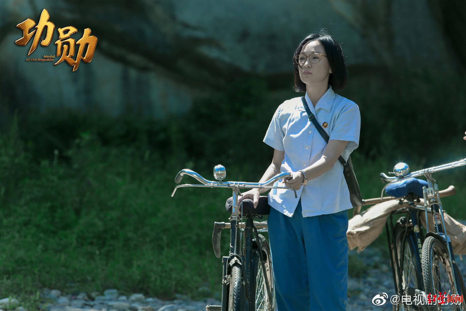 屠呦呦认可周迅演自己 导演郑晓龙:她连走路拿包都进入了角色