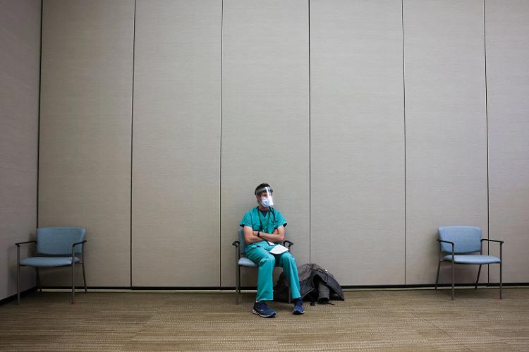 △一名医护人员正等待接种疫苗(图片来源:盖蒂图片)
