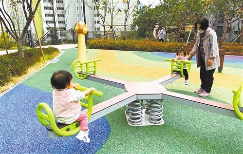 在首尔的社区游乐场里,两名儿童正在玩跷跷板。  本报记者  白云飞摄