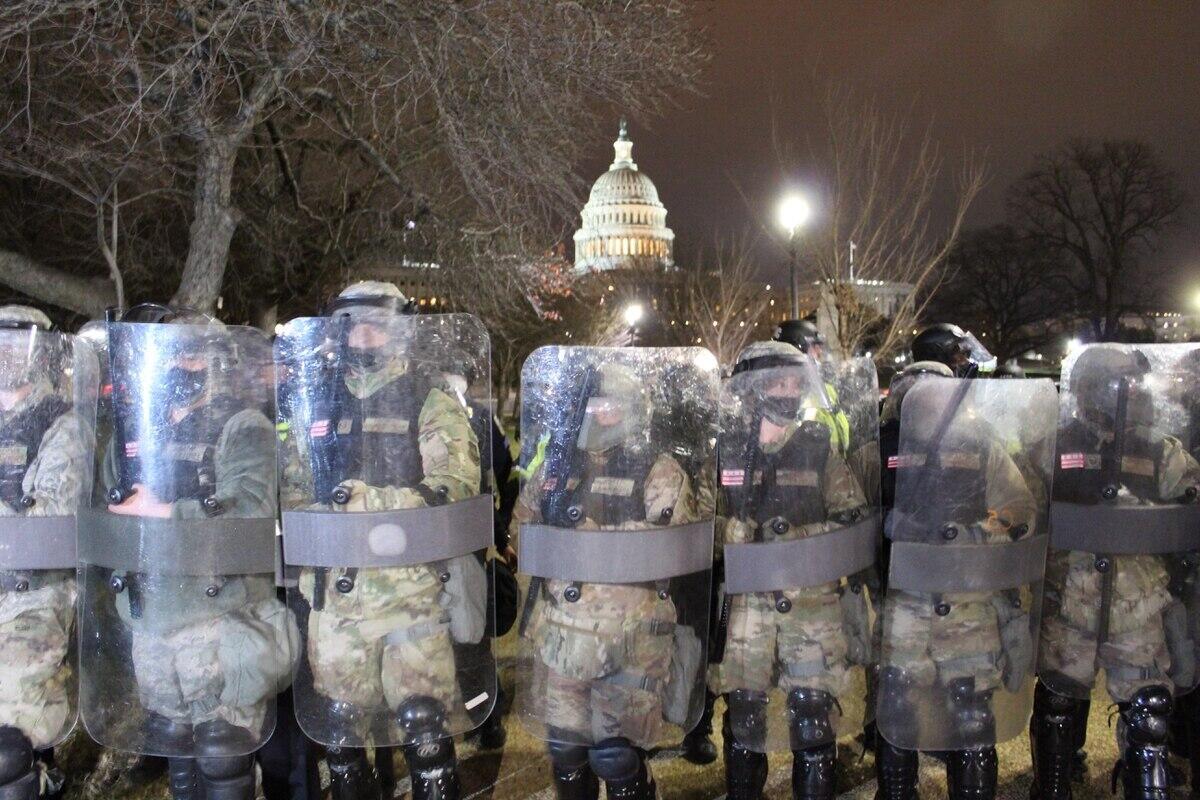 美国国民警卫队员在美国国会大厦前实走防卫义务