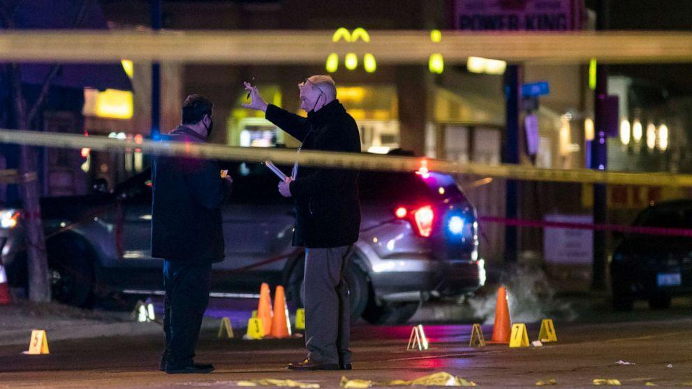 △兇手被警方擊斃後,警方調查犯罪現場(圖片來源:美聯社)