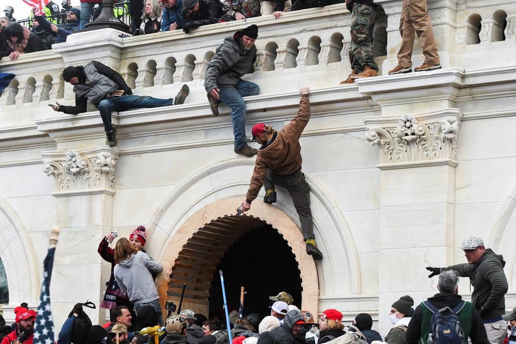 1月6日,特朗普声援者爬墙 东方IC图