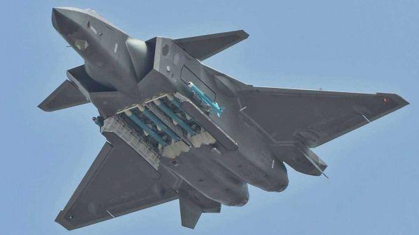 资料图片:在珠海航展上献艺的中国空军歼-20隐身战机。(美国外交学者网站)