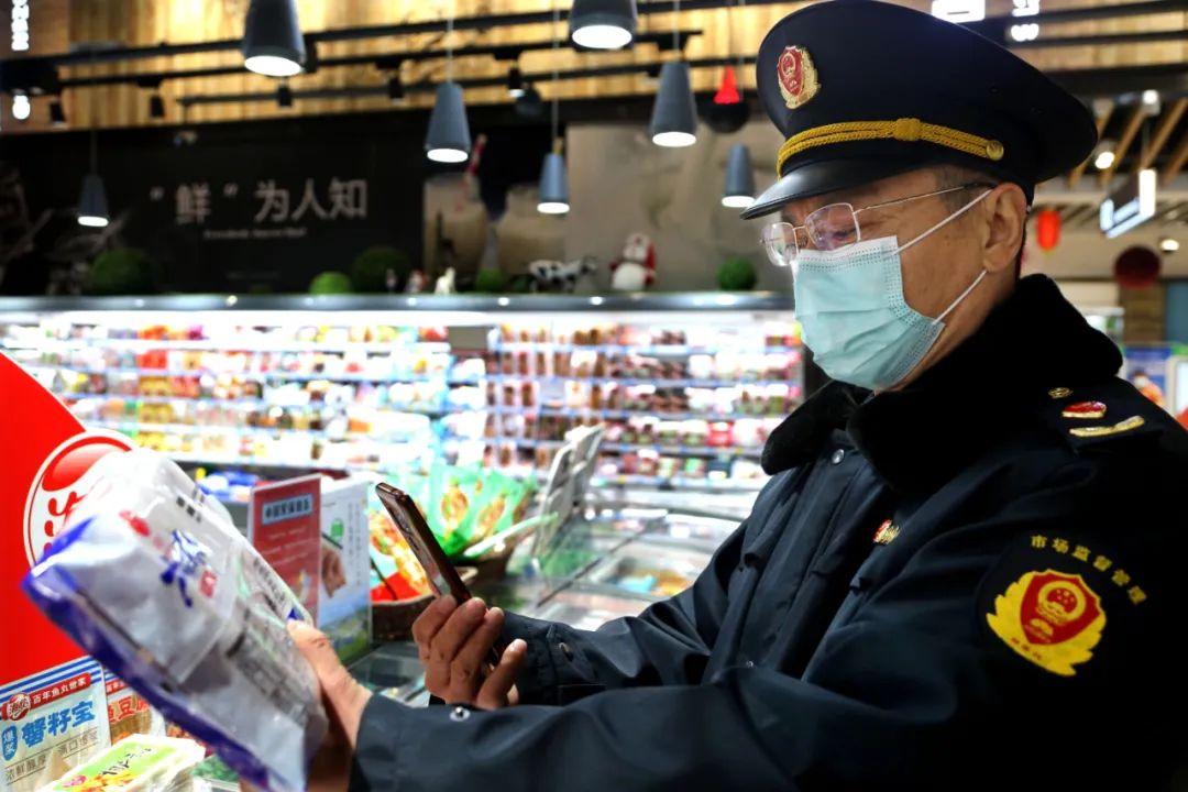 △1月6日,江苏省连云港市连云区市场监督管理局执法人员正在核查超市冷链食品追溯信息。