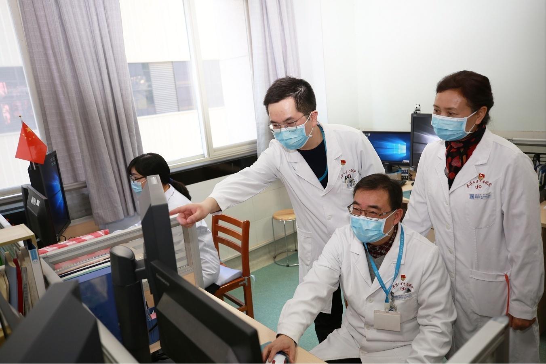 中南医院医学影像科专家在通过5G网络远程阅片