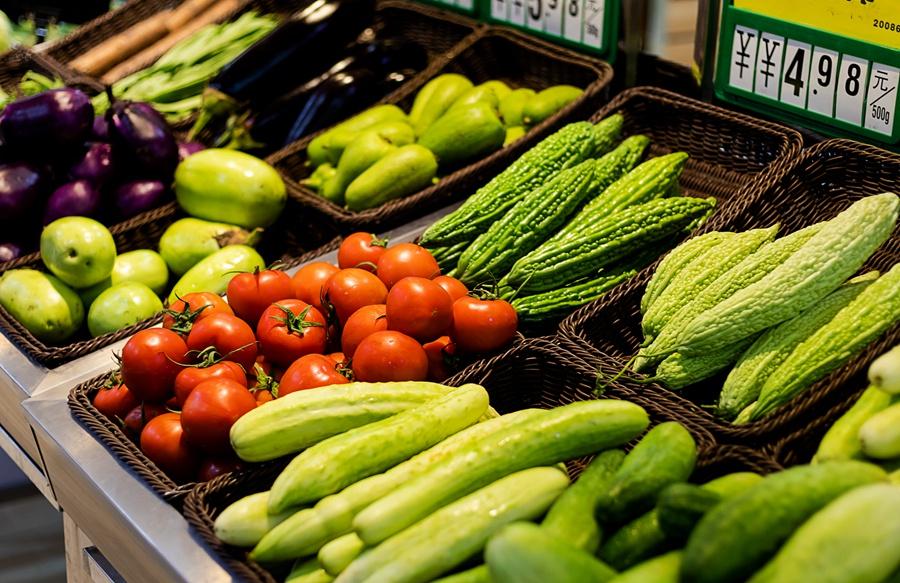 资料图:超市蔬菜摊。来源:包图网