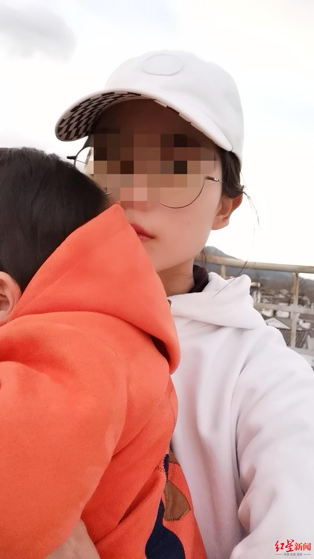 ↑小兰与不到1岁的儿子。