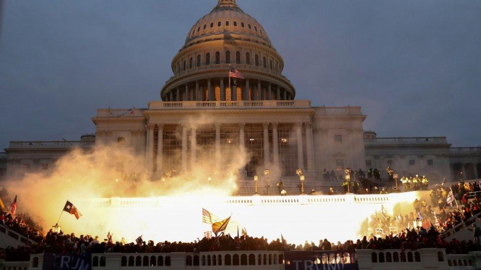 △1月6日,美国华盛顿特区爆发大规模的抗议示威,特朗普的支持者暴力占领国会山并与警察产生暴力冲突。