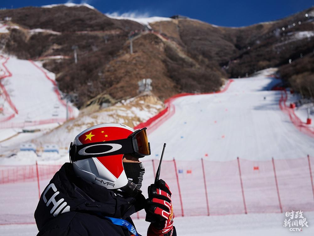 △延庆赛区高山滑雪中心,为完成赛道造雪任务,山地运行团队前后投入150余台造雪机,27台压雪车24小时不间断作业。这是山地运行负责人吴高胜在指挥工作。(总台央视记者王哈男拍摄)