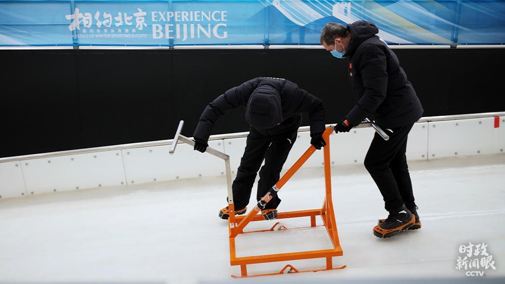 △延庆赛区雪车雪橇中心,教练为雪车训练切割出发槽。(总台央视记者王哈男拍摄)