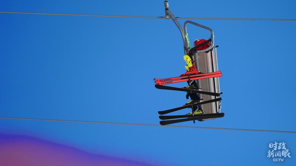 △缆车是高山滑雪中心的重要交通工具,封闭式有防风作用,开放式则适合短程距离,且无需脱雪板。冬奥会期间,运动员可从冬奥村直接乘坐缆车直达高山雪道。