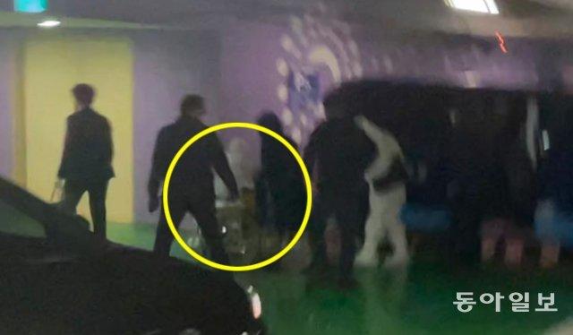 1月20日,朴槿惠坐轮椅现身医院(《东亚日报》)