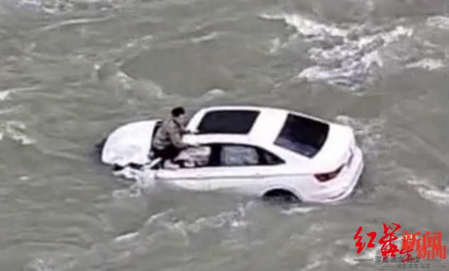 车辆坠江后,有人趴在车顶