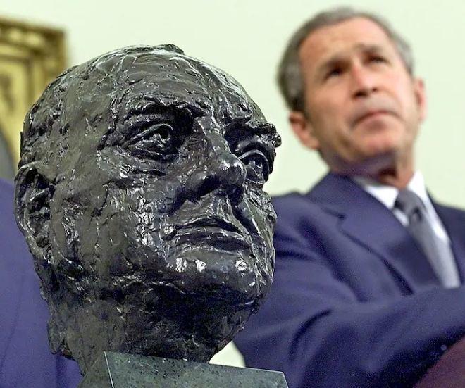 ▲小布什曾向英国驻美国大使借来了一件丘吉尔青铜像。图据英国《独立报》