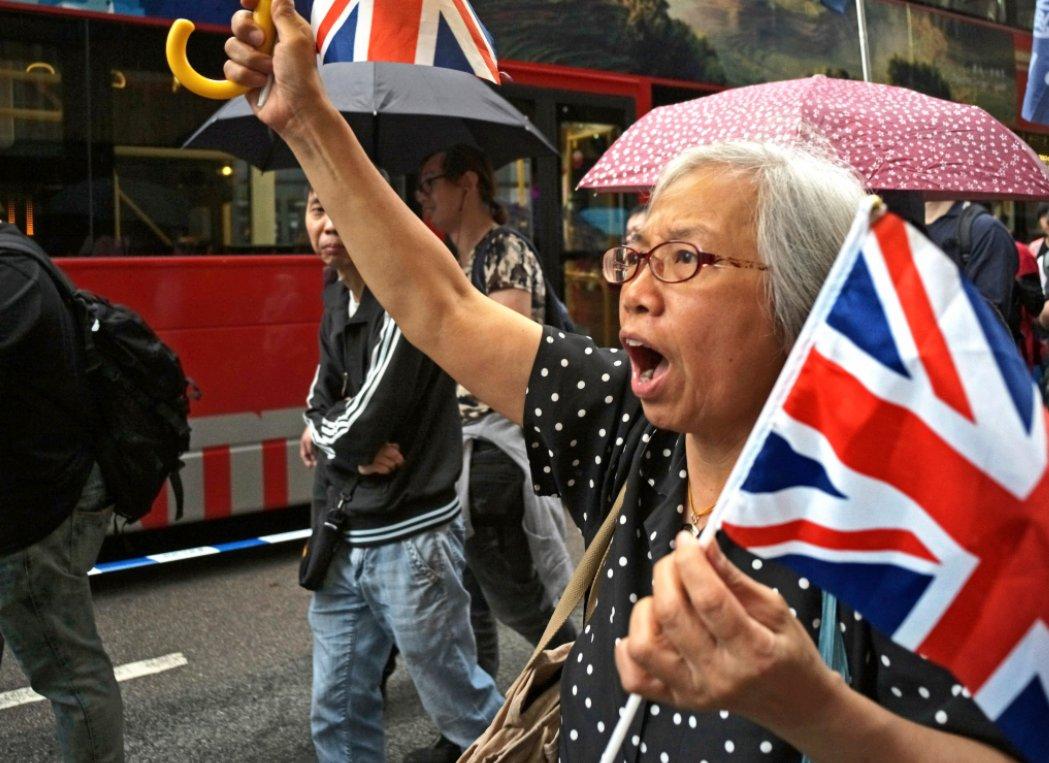 """""""王婆婆""""之前经常在示威现场挥动英国国旗。图自港媒"""