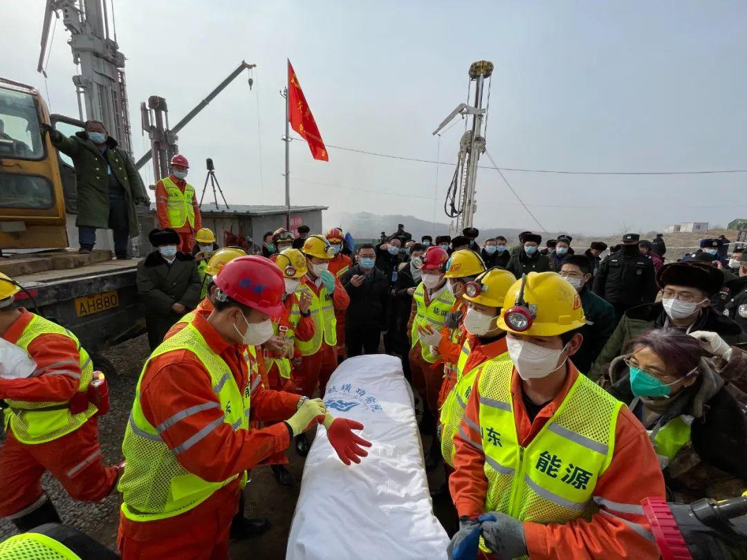 救援人员等待矿工升井。图片来源:烟台市委宣传部