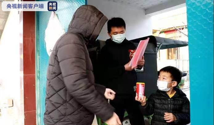 △工作人员逐户发放实名制出入证并签订《承诺书》,收到了小朋友送上的八宝粥