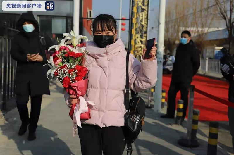 △西杜兰村解封,村民捧着鲜花、抱着福字幸福微笑