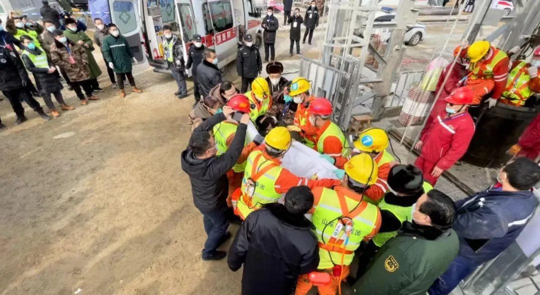 获救矿工被抬上担架。图片来源:烟台市委宣传部