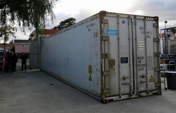 这是1月22日在美国加利福尼亚州蒙特贝洛市比佛利医院拍摄的停放病人尸体的集装箱。新华社发