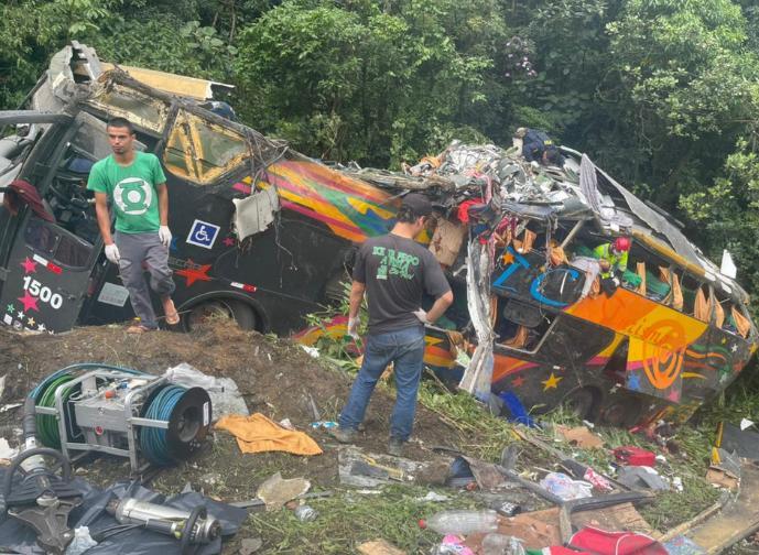 巴西巴拉那州高速路发生客车侧翻事故 造成18人死亡