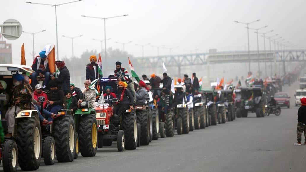 印度农民举行拖拉机抗议游行 与警方发生激烈冲突