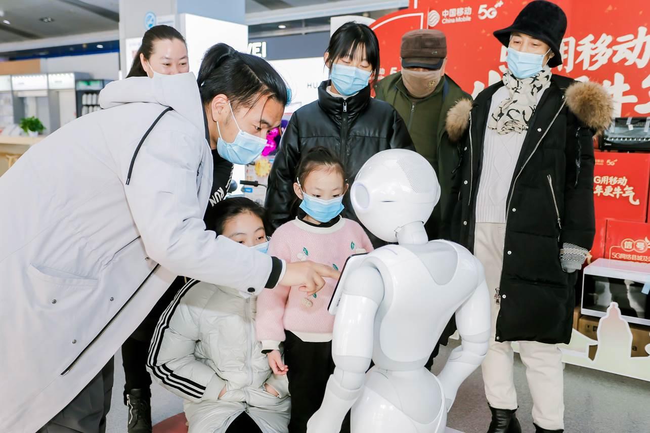 河南洛阳惊现首个机器人移动营业厅,开业当天引市民围观