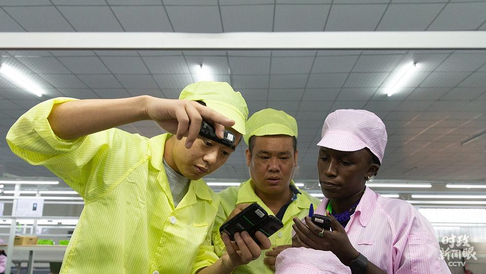 △中企在非投资手机组装厂,为当地提供大量就业机会。