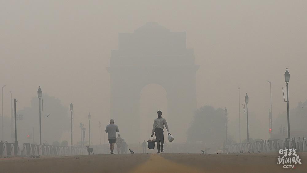 △2020年11月,印度新德里持续遭遇雾霾天气。污染最严重的一天里,PM2.5指数为世界卫生组织安全界限的14倍。