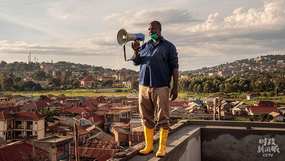 △2020年3月,乌干达坎帕拉,49岁的社区负责人贡扎加·伊加每天早晚在当地最高的建筑上,通过扩音器向居民宣传防疫常识。